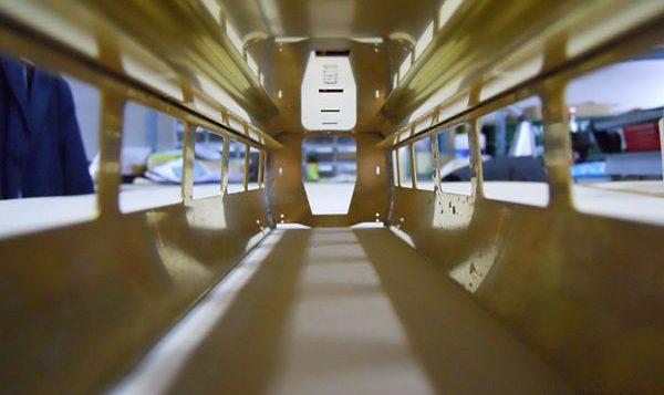 組み上がったボディの車内の様子。天井板と荷物棚が付きます。